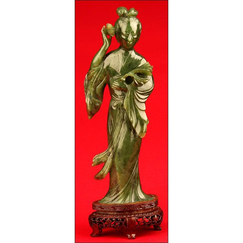 Delicada Figura de Dama en Jade. China, finales del s. XIX- ppios del XX.