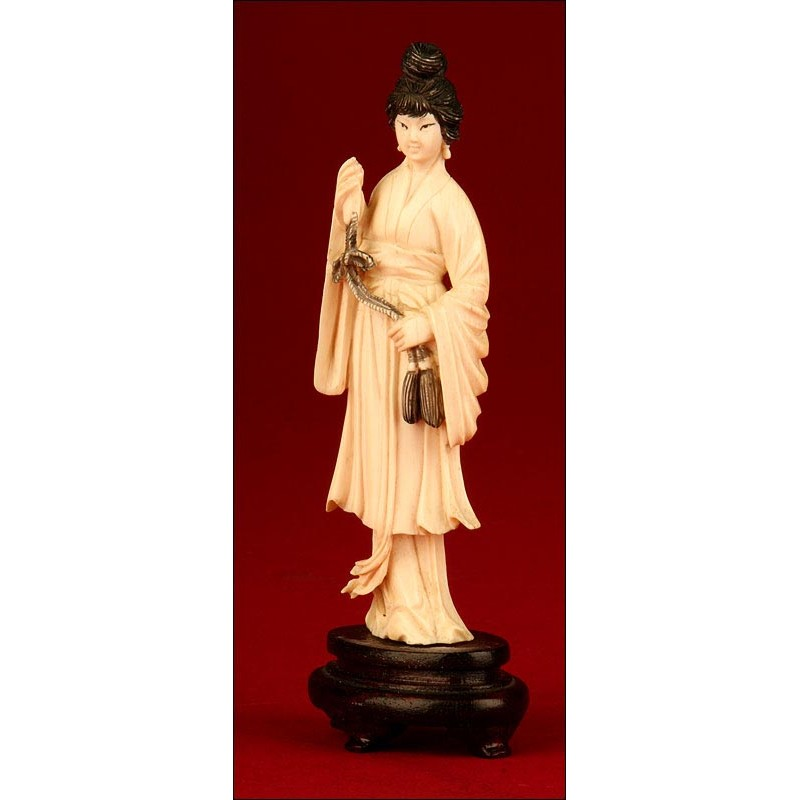 Figura Femenina China en Marfil. Mediados del Siglo XX. Tallada a Mano. Peana de Madera