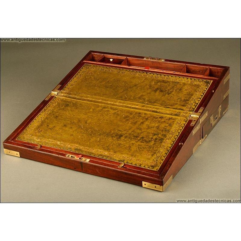 Antiguo Escritorio de Barco con Cajón Lateral y Refuerzos de Latón. 1870. Firmado