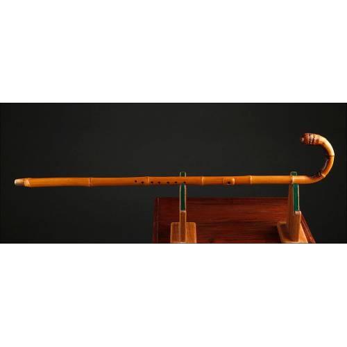 Raro Bastón-Flauta Travesera Fabricado en Raíz de Cáñamo. Circa 1900, Muy Bien Conservado