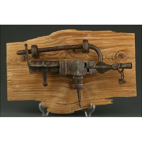 Antiquísimo Candado de Forja de Gran Belleza, Fabricado en el S. XVII. Bien Conservado