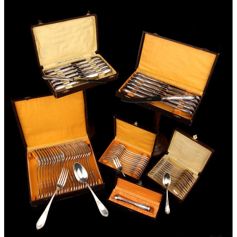 Cubertería Fabricada en Francia Circa 1900. Doce Servicios, Metal con Baño de Plata. Estuches Originales