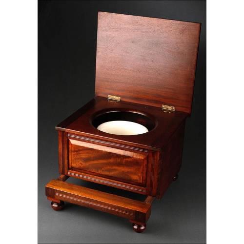 Curioso Mueble Inglés para Guardar el Orinal, Fabricado Circa 1900. En Madera de Caoba y Porcelana