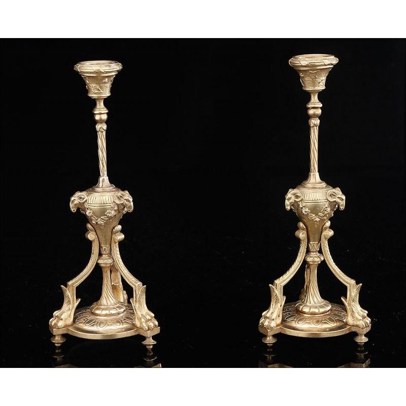 Elegante Pareja de Candeleros Antiguos de Bronce. Francia, Siglo XIX