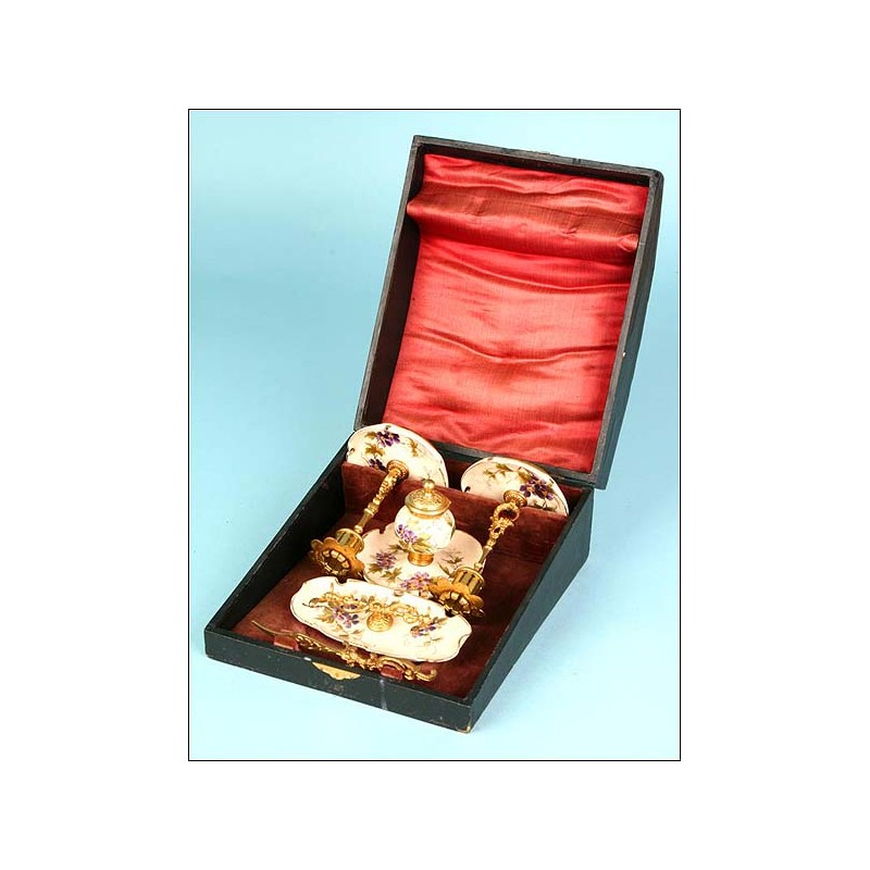 Set de escritorio en bronce y porcelana con su estuche. Pp. S. XX
