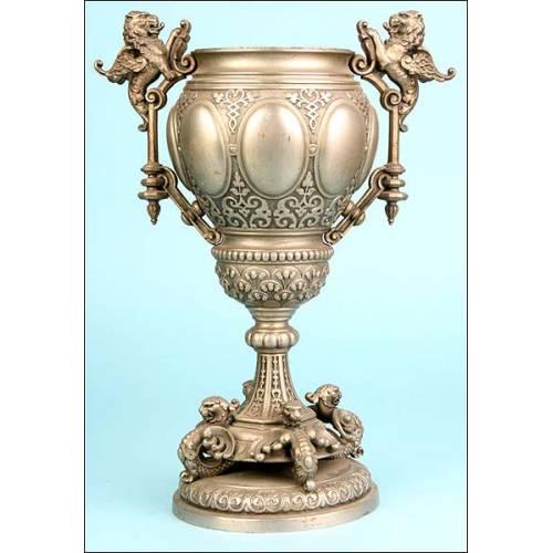 Jarrón o vaso en bronce plateao. Grifos. 1900