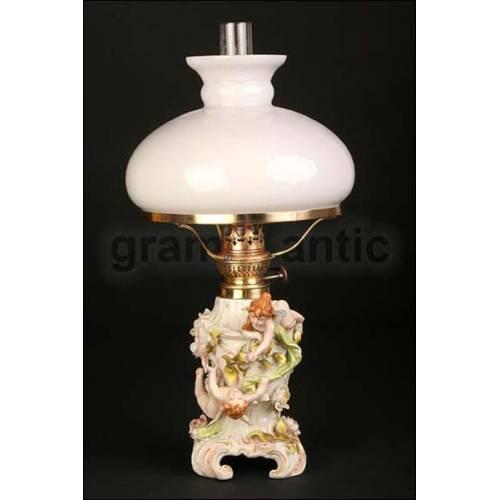 Asombrosa Lámpara de Petróleo en Porcelana Del año 1900.