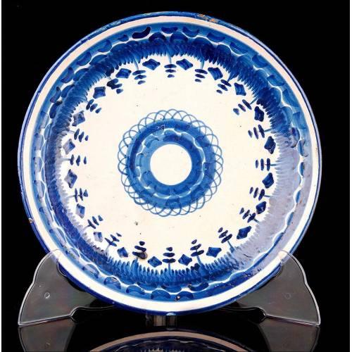 Precioso Plato de Cerámica de Talavera Artesanal. Hecho a Mano en el Siglo XIX. Bien Conservado