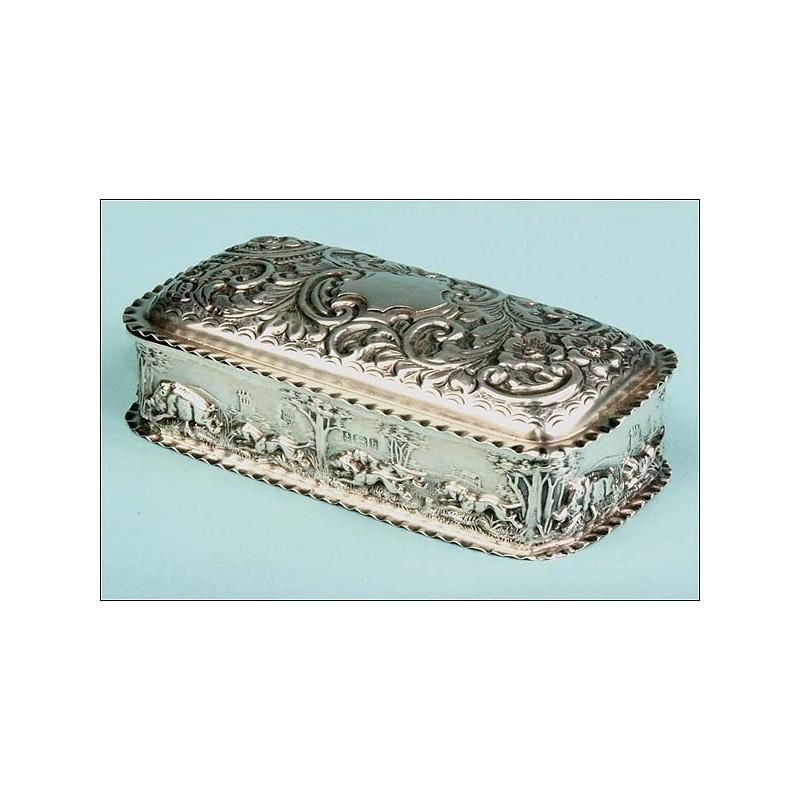 Preciosa Cajita Británica de Plata de 1901, profusamente decorada