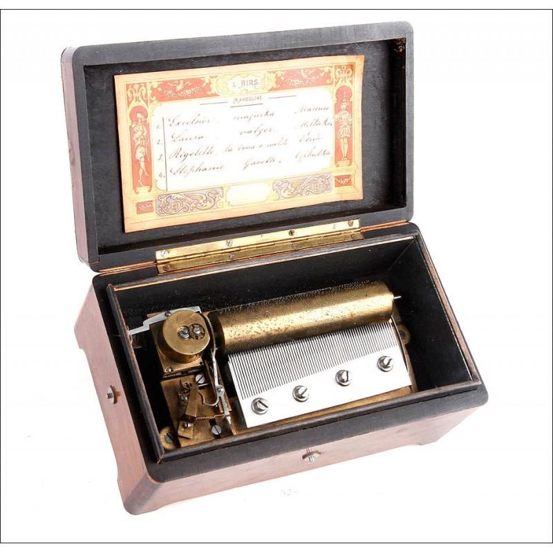 Pequeña caja de música antigua de madera maciza y en funcionamiento. 4 melodías.