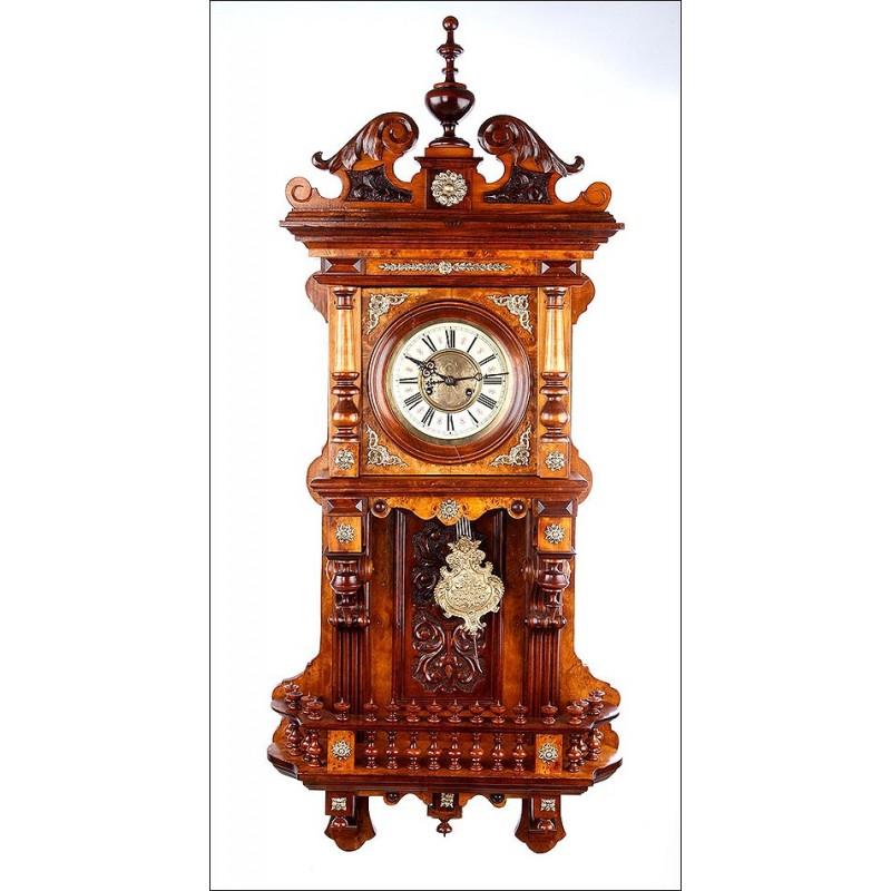 Bellísimo Reloj de Pared Antiguo Kienzle con Caja de Madera Tallada. Alemania, Circa 1900
