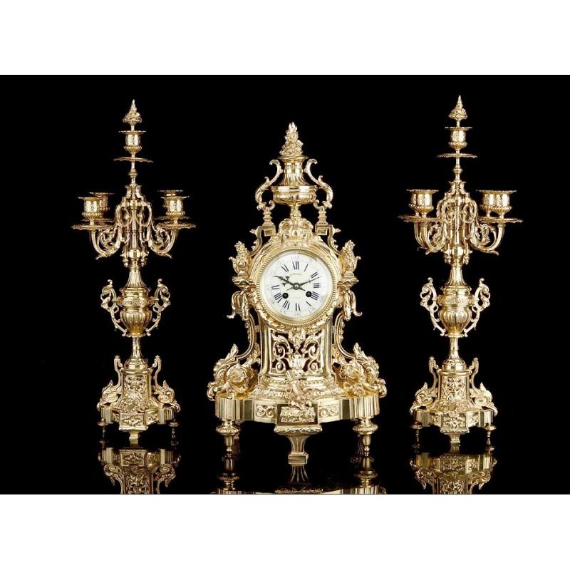 Antiguo Conjunto de Reloj y Candelabros Gemelos de Bronce. Francia, Siglo XIX