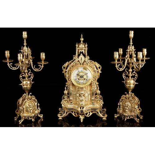 Conjunto antiguo de reloj de sobremesa y pareja de candelabros. Francia, siglo XIX