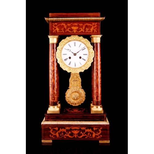 Antiguo Reloj Estilo Pórtico con Marquetería y Esfera con Péndulo. Francia, 1900