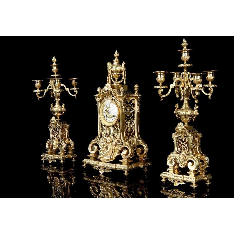 Reloj de Sobremesa Antiguo con Pareja de Candelabros. Bronce. Francia, Siglo XIX