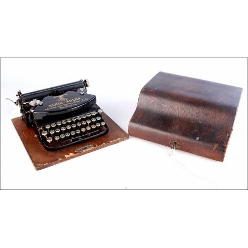 Nostálgica máquina de escribir antigua Klein Adler en Funcionamiento. Alemania, 1905