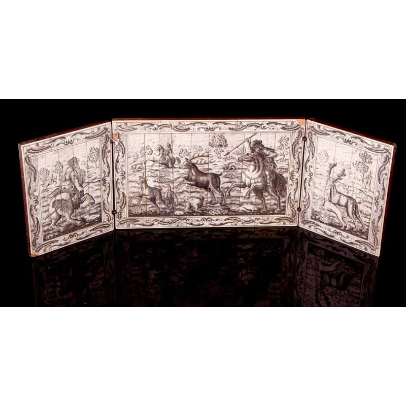 Bello Tríptico Antiguo con Escenas de Caza Grabadas y Entintadas en Placas Hueso. Siglo XIX