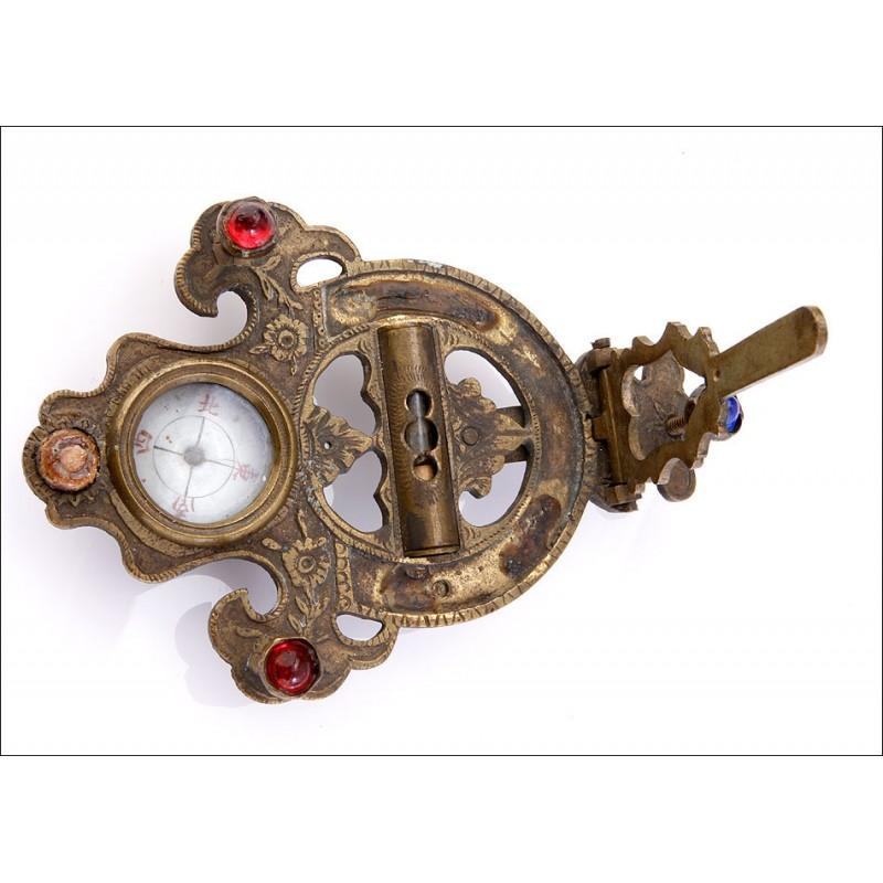 Antiguo Reloj de Sol Plegable con Brújula Incorporada. China.