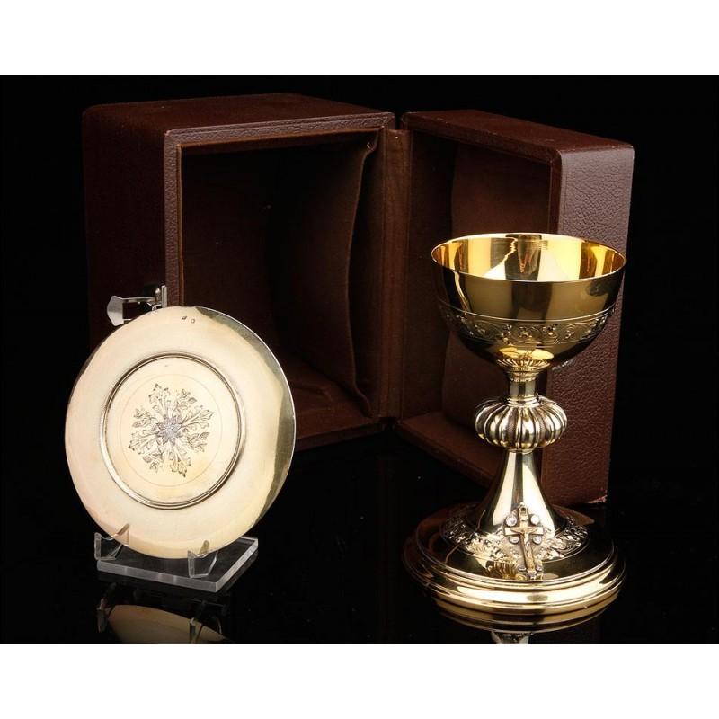 Impresionante Cáliz de Plata Maciza con Cruz de Oro y Diamantes. Con Patena. Francia, 1924