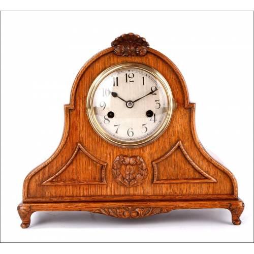 Elegante Reloj de Sobremesa con Caja de Madera Tallada a Mano. Alemania, Años 30
