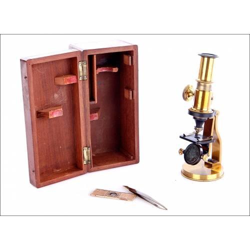 Microscopio compuesto antiguo de pequeño tamaño. C. 1900