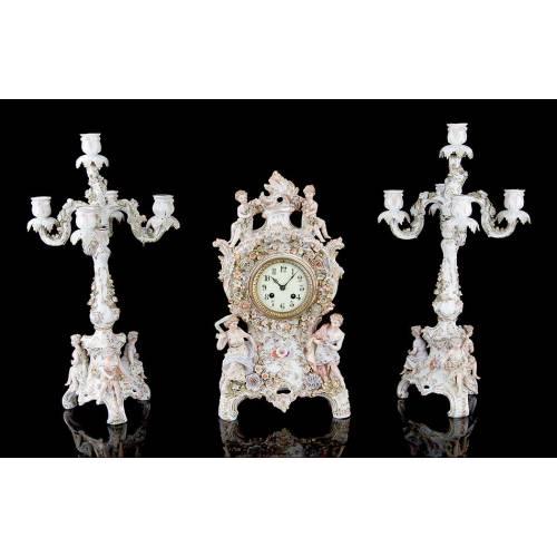 Antiguo Conjunto de Reloj y Candelabros de Porcelana, Ca. 1900