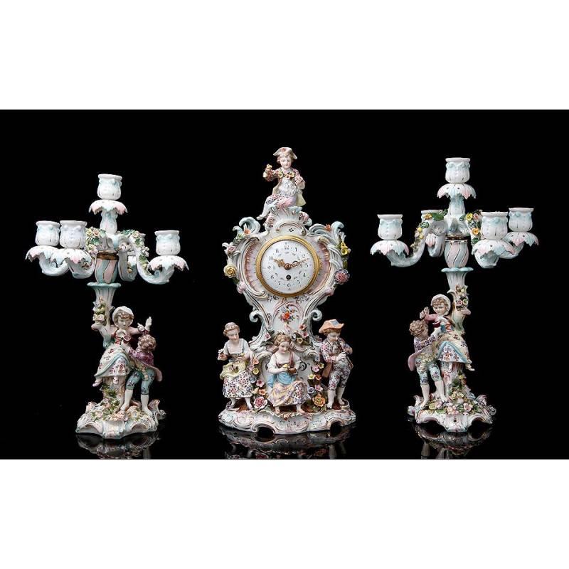 Antiguo Reloj y Candelabros de Porcelana, Ca. 1900