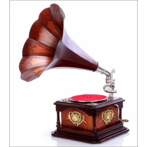 Gramófono Antiguo con Trompa de Madera, Circa 1925
