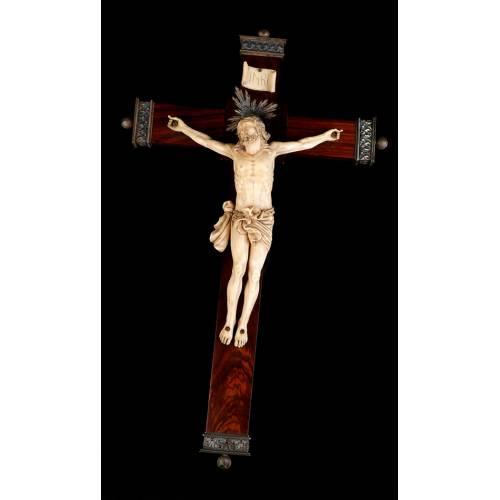 Cristo de Marfil Antiguo en Cruz con Monturas de Plata. CITES. España, Circa 1900