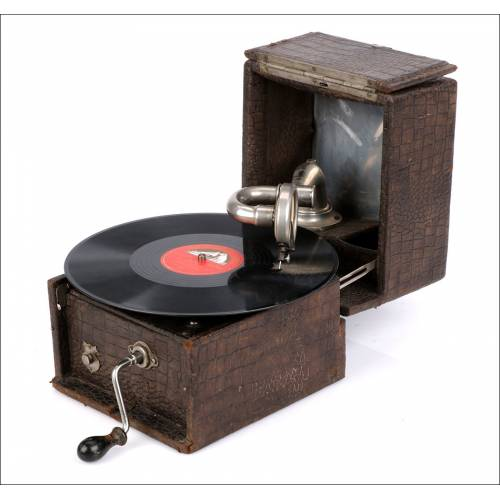 Antiguo Gramófono Portátil Británico. Inglaterra, Circa 1925