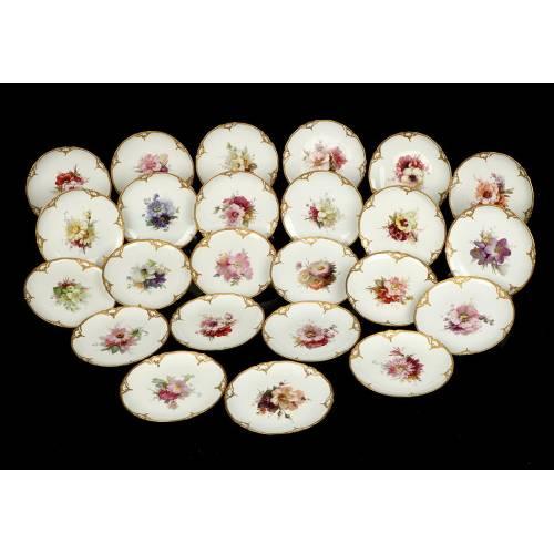Colección de 24 Platos Antiguos de Porcelana KPM. Flores. Berlín, Alemania, 1913.
