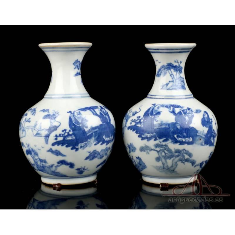 Pareja de Jarrones Chinos Antiguos en Porcelana Blanca y Azul. China, 1723-1735