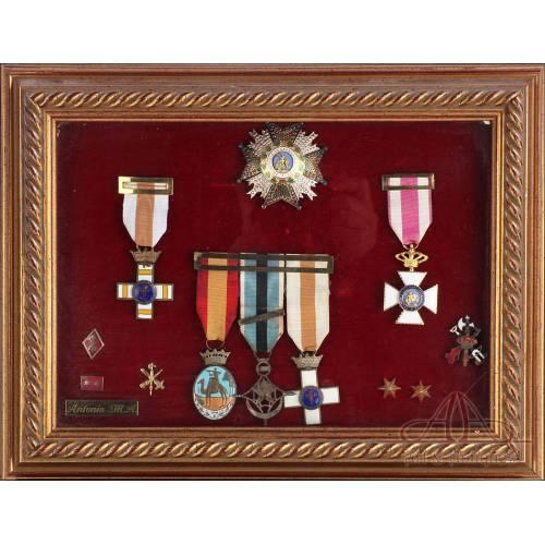 Medallas e insignias de capitán de la Legión Española. Bien conservadas.
