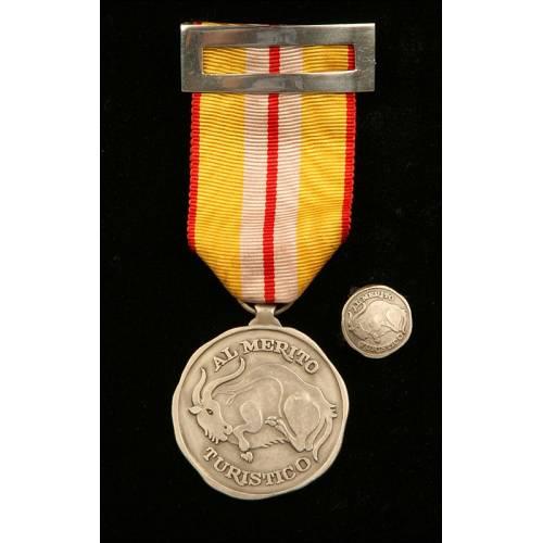 Medalla y Miniatura al Mérito Turístico, Categoría Plata. Plata Maciza. Con Diploma de Concesión.
