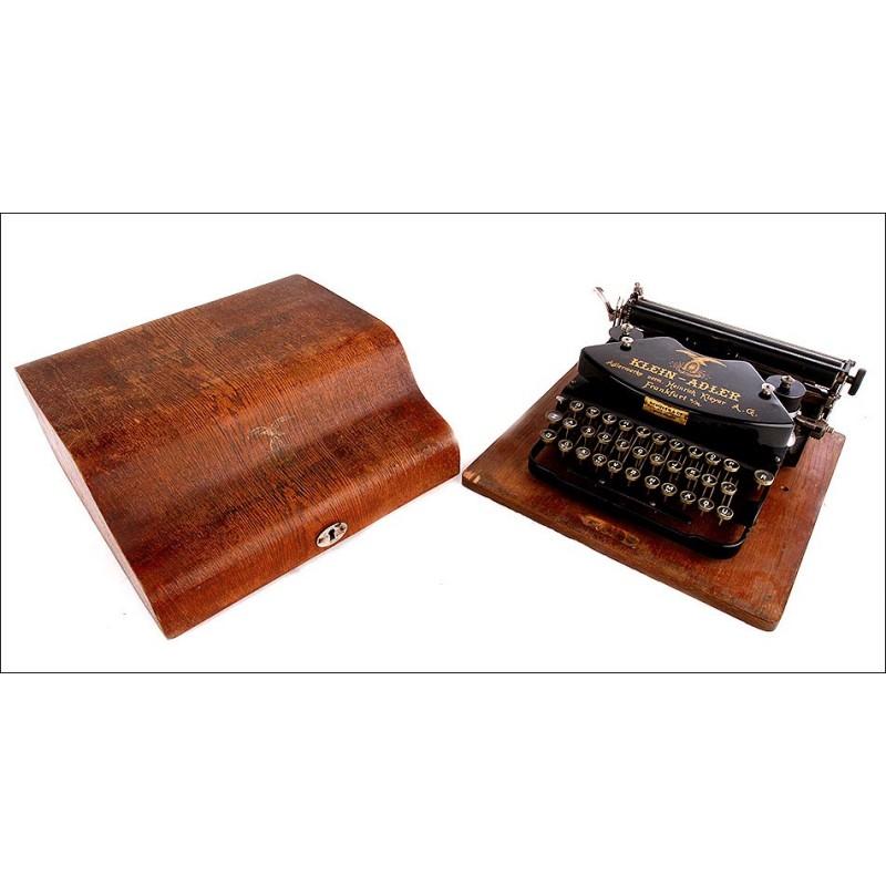 Elegante Máquina de Escribir Klein Adler en Funcionamiento. Alemania, Años 20