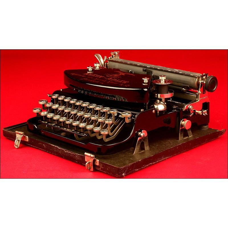Decorativa Máquina de Escribir Adler con Estuche. Alemania, ppios s. XX.