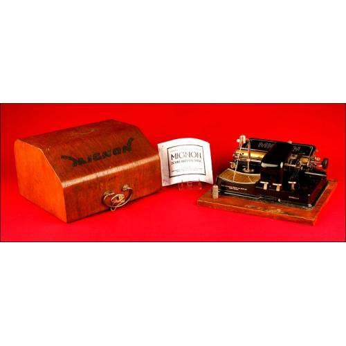 Máquina de Escribir Mignon 4, Alemania, 1924. Con Cofre de Guardado en Madera.