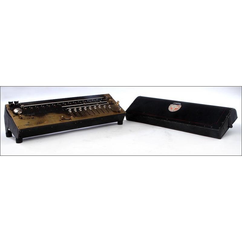 Calculadora Suiza MADAS del Año 1913. Con División Automática. Funcionamiento Suave y con Tapa.