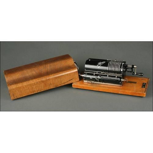 Calculadora Alemana de 1920 Lipsia Modelo 3. Con Tapa y Base de Madera. Funcionando