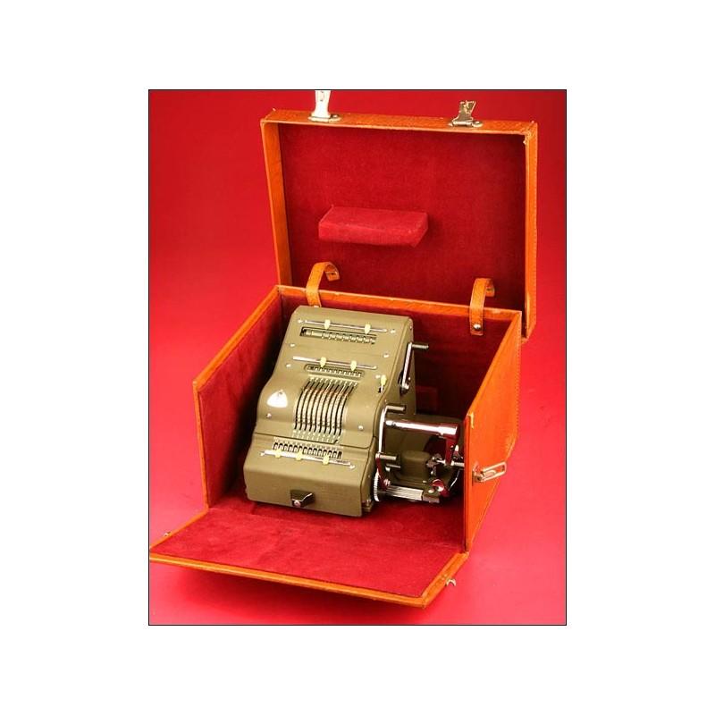 Excepcional Calculadora Brunsviga Modelo 13RK con Estuche, 1952.