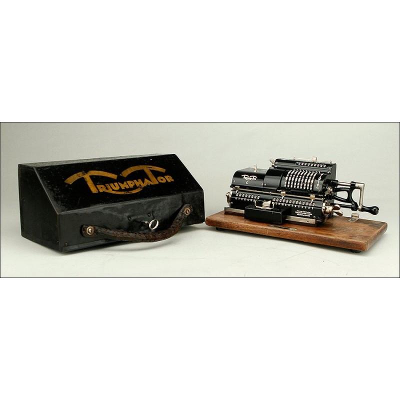 Preciosa Calculadora Mecánica Triumphator C con Cubierta Original. Alemania, Años 20-30