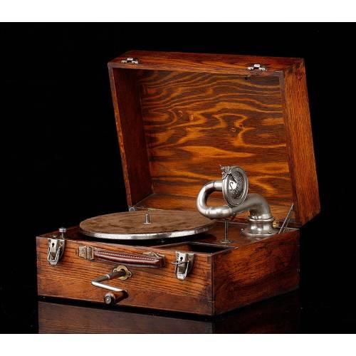 Antiguo Gramófono Portátil de Madera. Inglaterra, Años 20