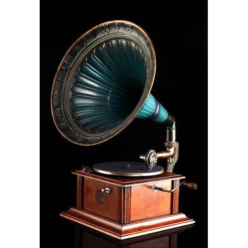Precioso Gramófono Antiguo con Trompeta de Metal Esmaltado. Centroeuropa, Circa 1915