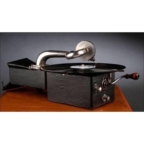 Encantador gramófono portátil Peter Pan, fabricado en Inglaterra en los Años 20. Funcionando.