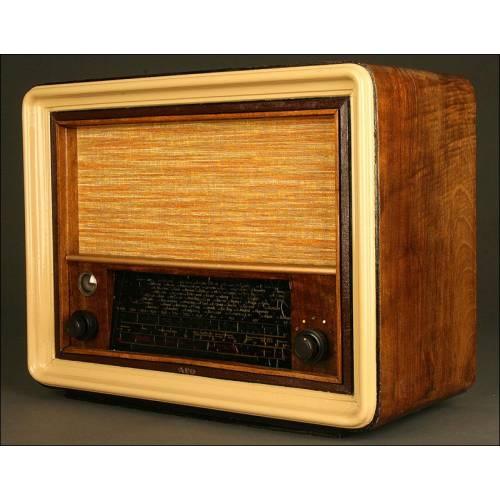 Radio de Válvulas Española AEG. Años 40. Funciona a 125V. Incluye Transformador 125-220V
