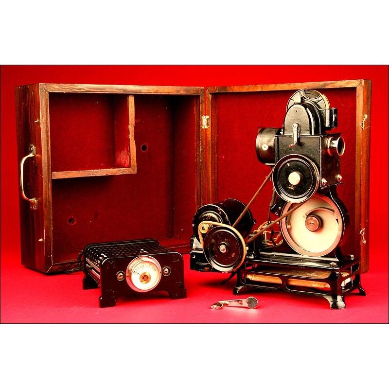 Proyector Pathe Baby. Francia, años 20. Con estuche de guardado, Transformador y Motor.
