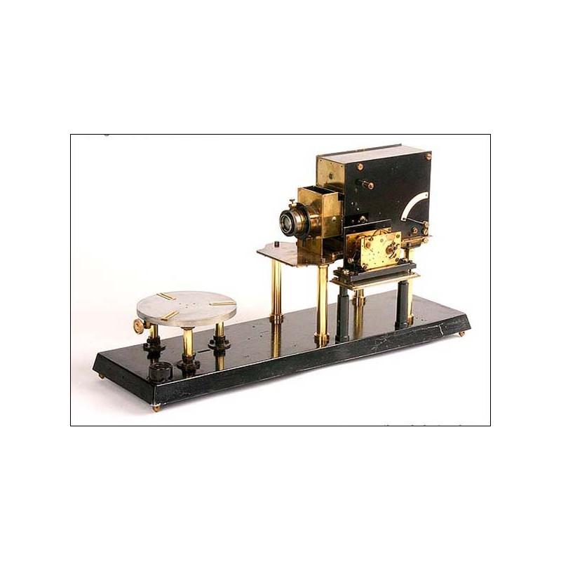 Antigua y rara cámara de gran tamaño con motor de cuerda