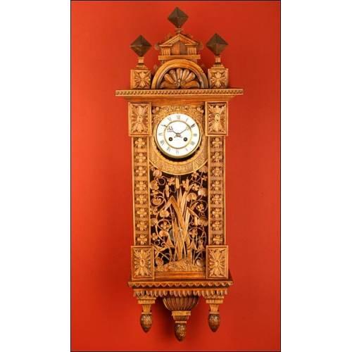 Fantástico Reloj de Pared Tallado a Mano en Madera de Ciprés. Siglo XIX