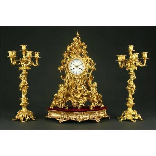 Gran Reloj Monumental Francés con Pareja de Candelabros de Bronce, Ca. 1.820. Funciona Perfectamente
