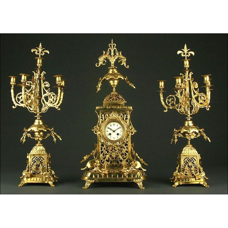 Gran Reloj de Sobremesa Francés con Candelabros, S. XIX. Realizado en Bronce